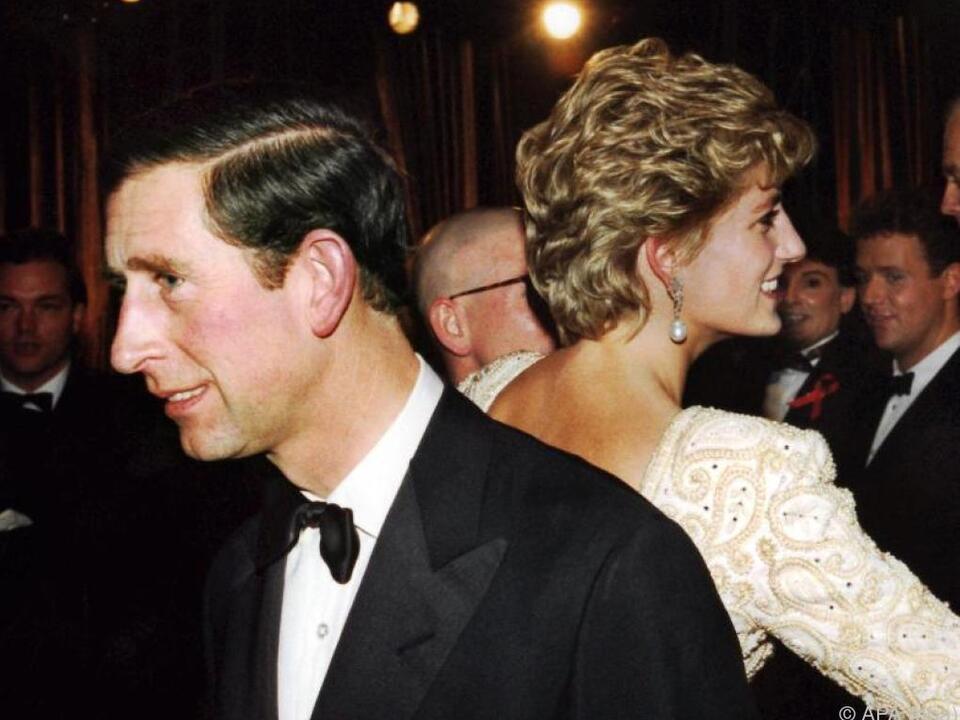 Symbolträchtiges Bild zwischen Prinz Charles und Lady Di