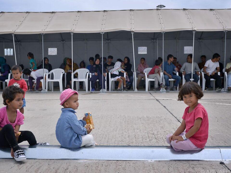 Tausende Flüchtlinge harren in Registrierzentren aus