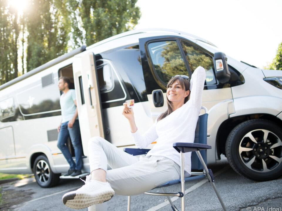wohnwagen camping camper Urlaub in den eigenen vier Wänden im Trend