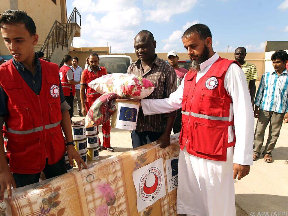 Verteilung von Hilfsgütern an Flüchtlinge in Libyen