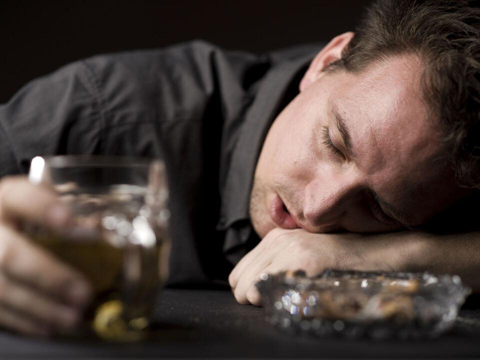 Alkoholisierter Mann mit Bier betrunken, alkohol
