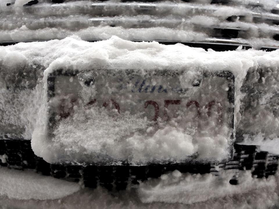 Winter auto targa nummernschild verdreckt schnee