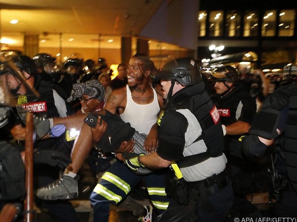 Abtransport des angeschossenen Demonstranten in Charlotte