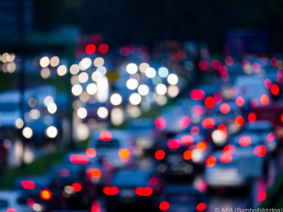 verkehr stau straße Auto für Mobilität nicht wegzudenken