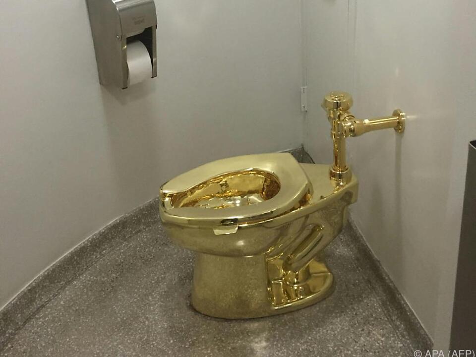 Besucher dürfen auf der goldenen Schüssel Platz nehmen