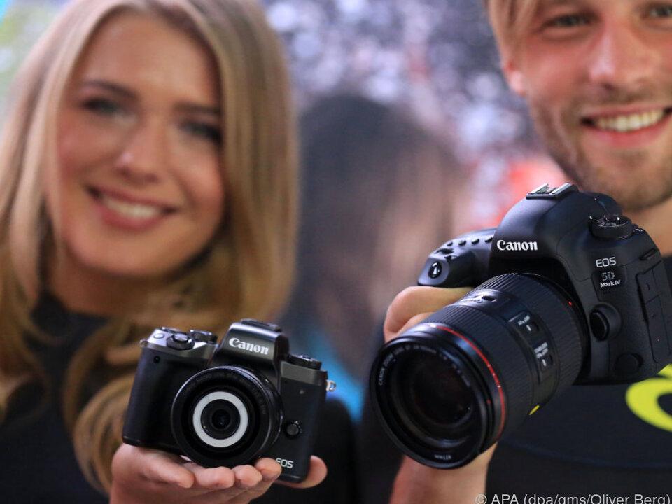 Canon präsentiert die EOS5D Mark IV (r) und die EOS M5
