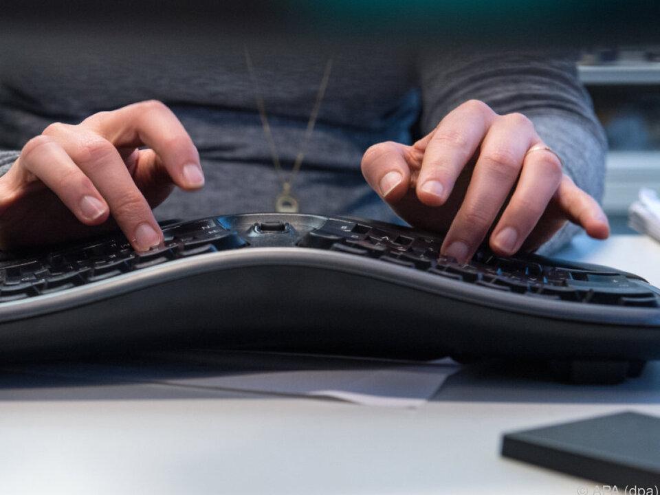 Ergonomisch geformte Tastaturen können Beschwerden vorbeugen