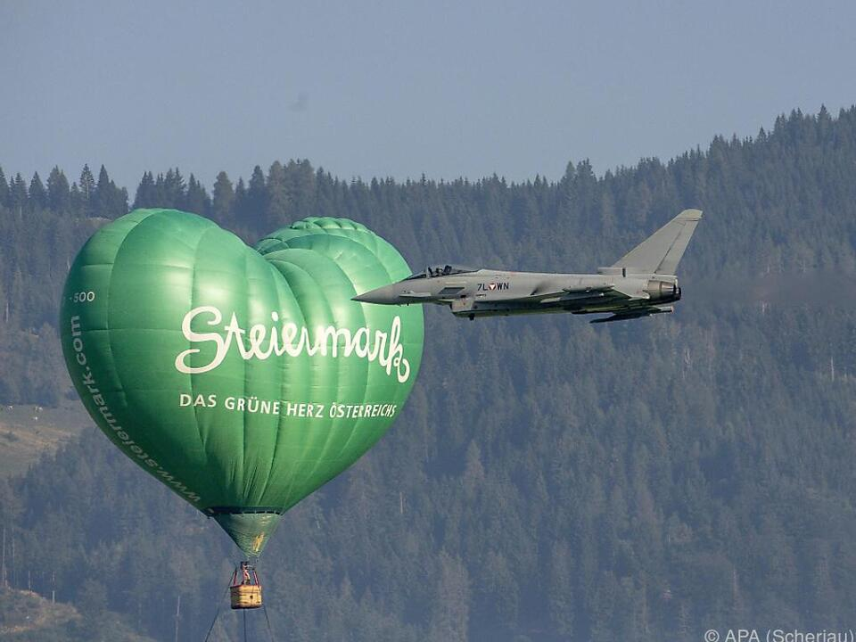 Eurofighter vor dem Steiermark-Heißluftballon