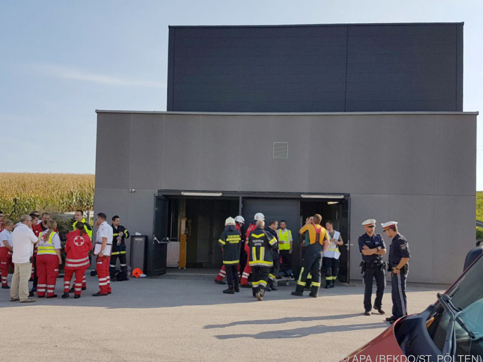 Evakuierung: Einsatzkräfte bei einem Tunnel-Notausstieg