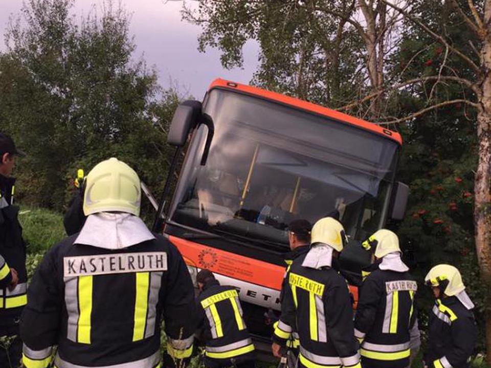 Feuerwehr Bus böschung