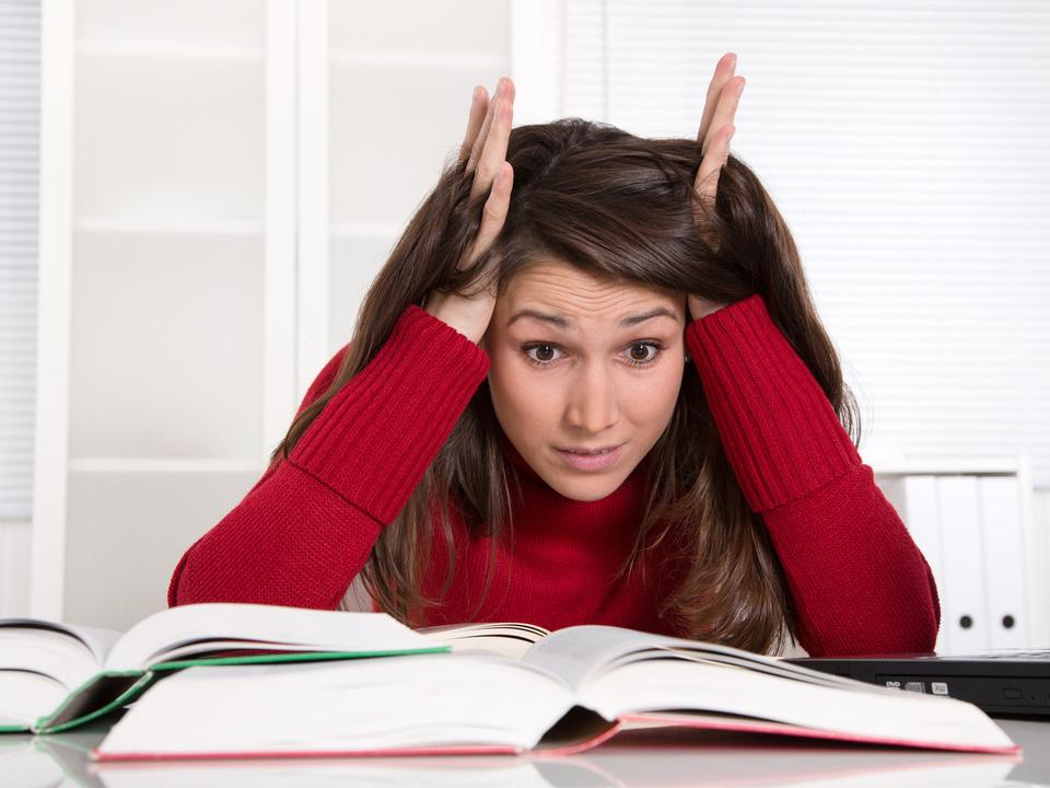 Matura Prüfung Schule Studentin beim Lernen - wtend und frustriert - junge Frau