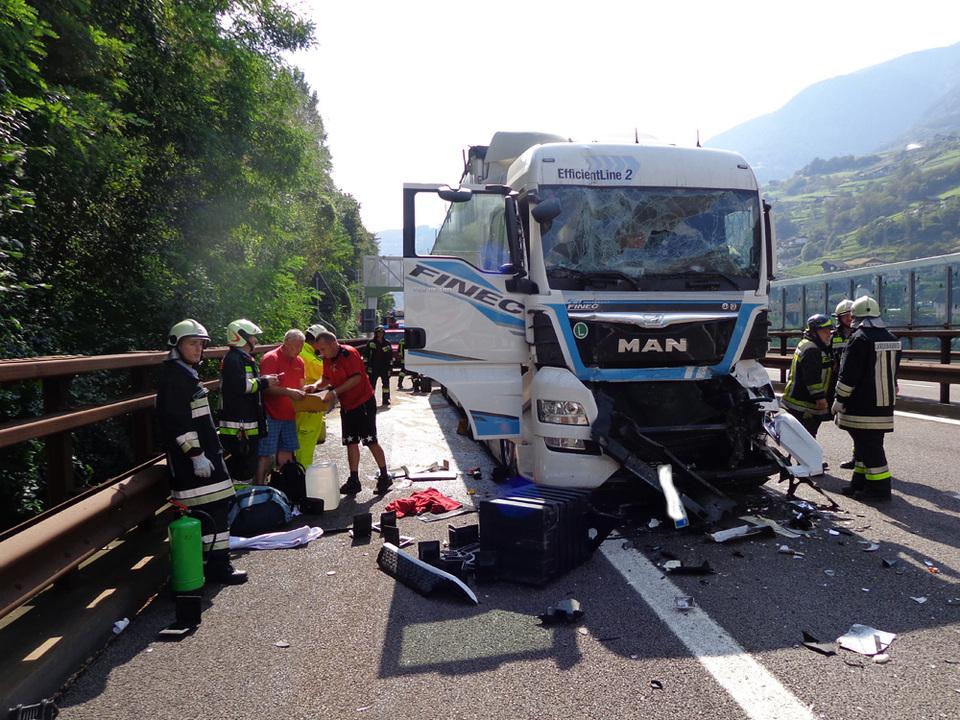 Unfall A22 Freiwillige Feuerwer Kardaun-Karneid-1