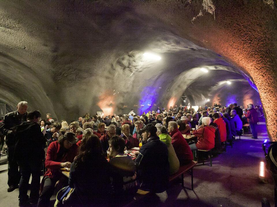 Gemuetliches Beisammensitzen in Brenner Basistunnel BBT
