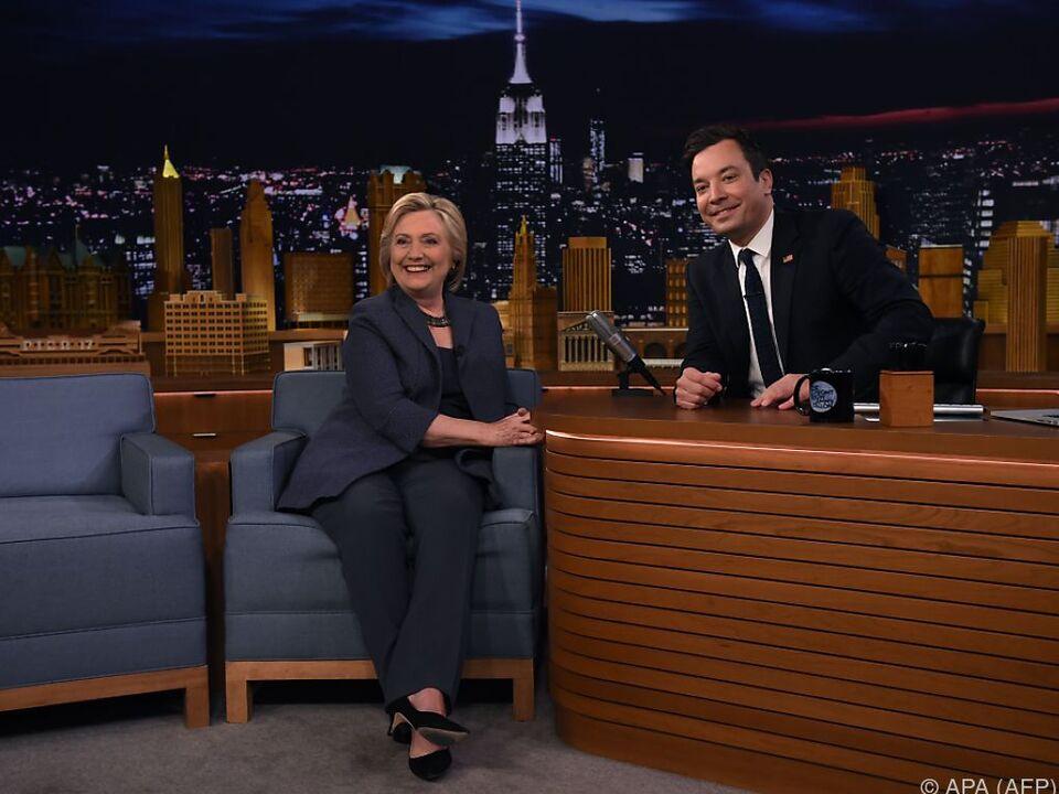 Hillary Clinton kann schon wieder scherzen