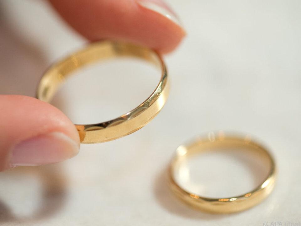 Im März wurde die Ehe zwischen Mutter und Tochter geschlossen