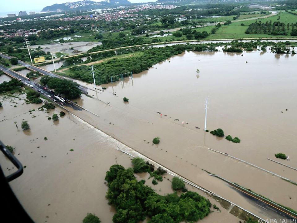 In Acapulco wurde eine Schnellstraße überflutet