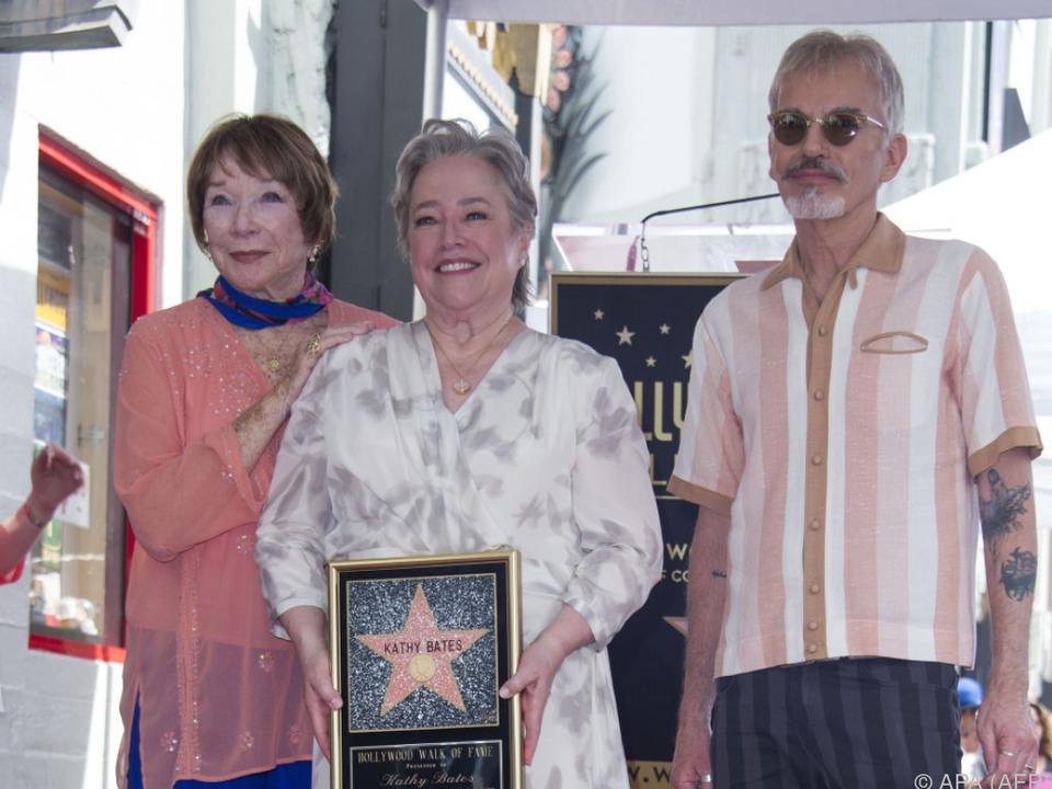 Kathy Bates begleitet von Shirley MacLaine und Billy Bob Thornton