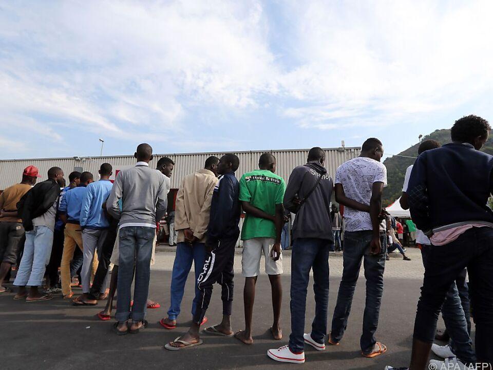 Migranten vor einem Versorgungszentrum in Ventimiglia Flüchtling
