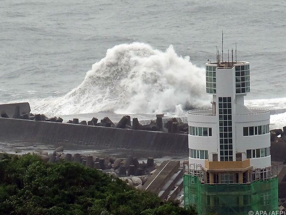 Riesige Wellen treffen die Küste Taiwans