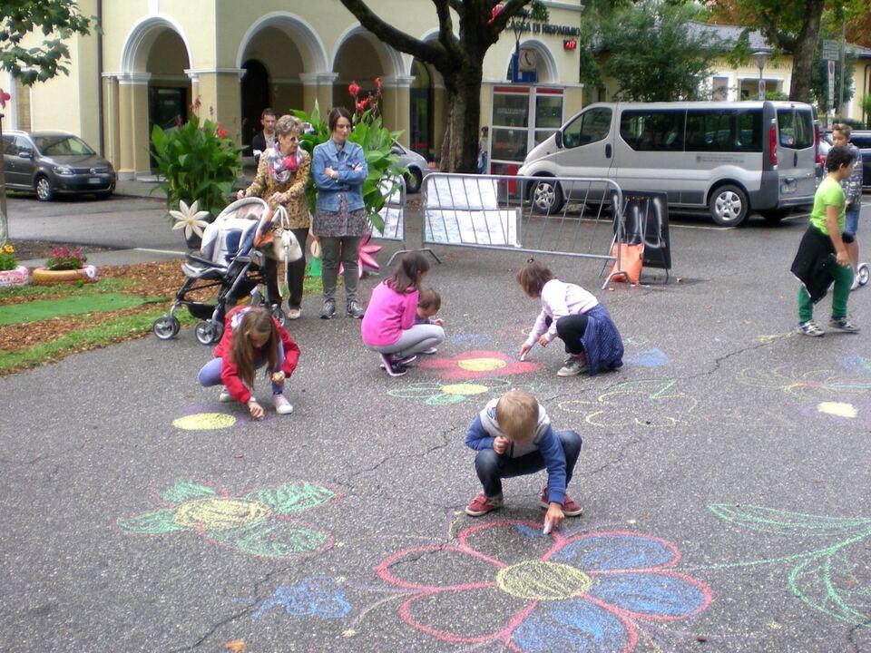 Meran Sinich Blühende Straßen Kinder zeichnen Bumen