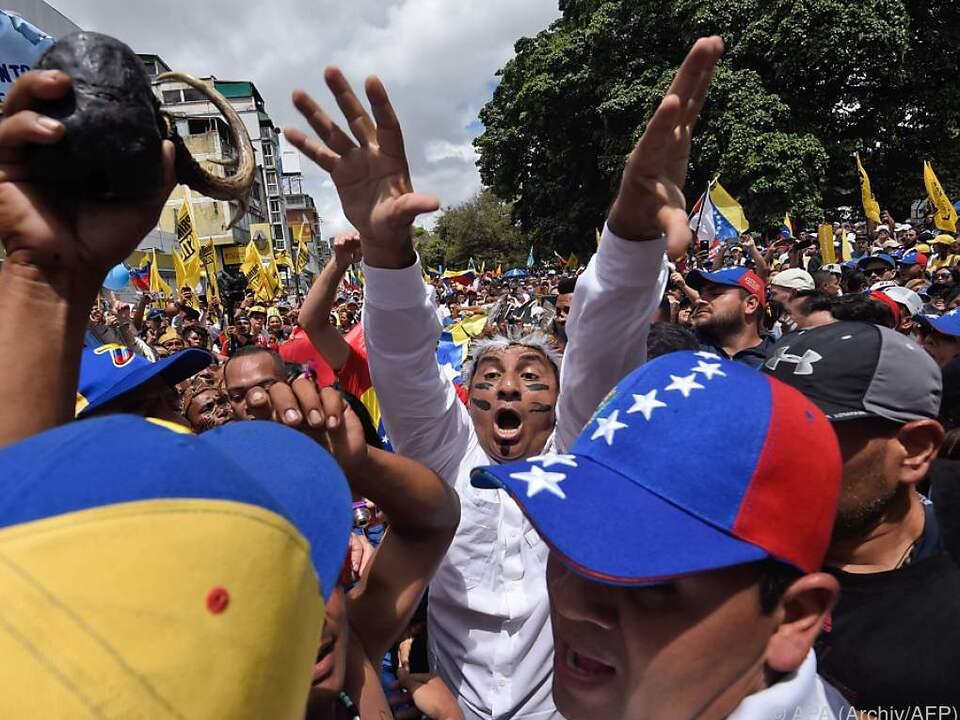 Venezuelas Opposition fordert Maduros Rücktritt