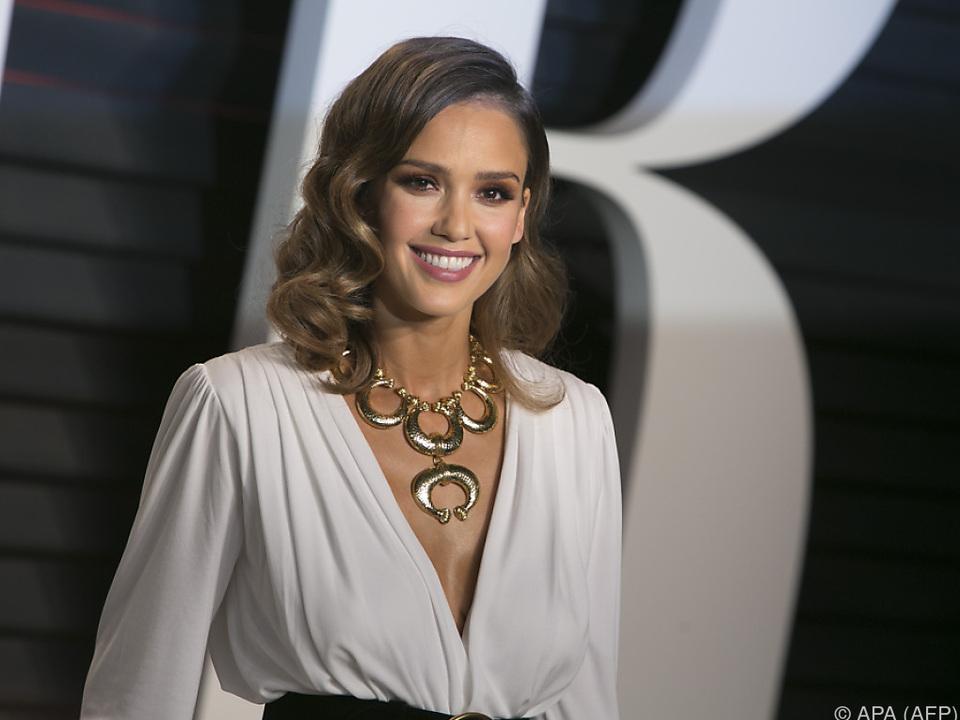 Alba schlüpft in die Rolle eines künstlichen Menschen