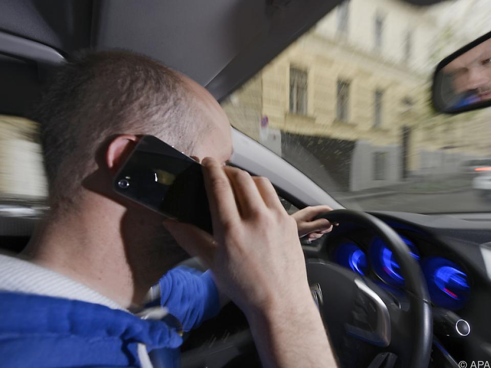 Auch Handytelefonieren am Steuer wird via Radarfotos bestraft
