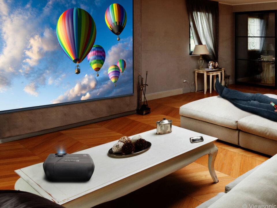 Beamer liefern das große Bild, hier der Viewsonic 8727HD (ab 800 Euro)