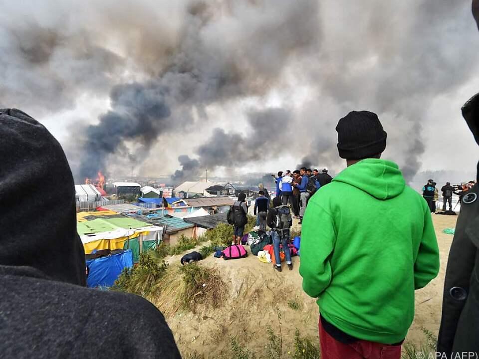 Das Flüchtlingslager steht in Flammen