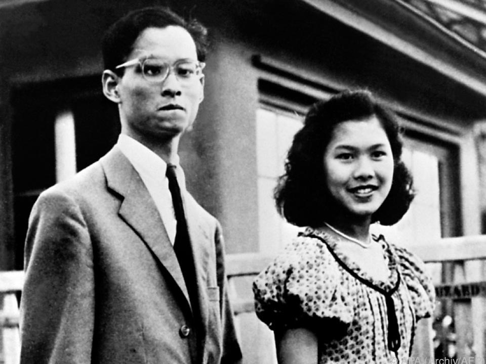 Das thailändische Königspaar sorgte bei ihren Reisen für Begeisterung