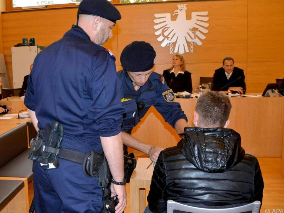 Der 34-jährige Serbe muss sich wegen zweifachen Mordes verantworten