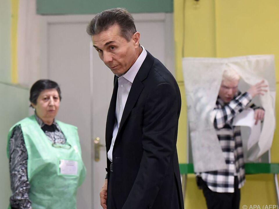 Der Milliardär Bidsina Iwanischwili bei seiner Stimmabgabe