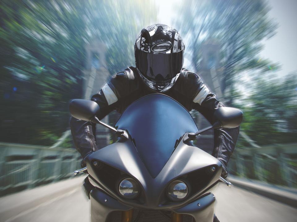 motorrad speed Schnelle Motorradfahrt mit Bewegungsunschrfe