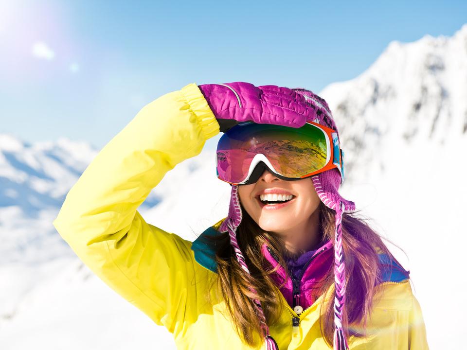 Frau im Schnee ski skifahren winter
