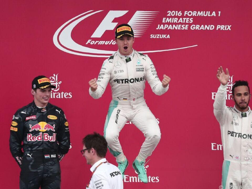 Freudensprünge Nico Rosbergs auf dem Siegerpodium