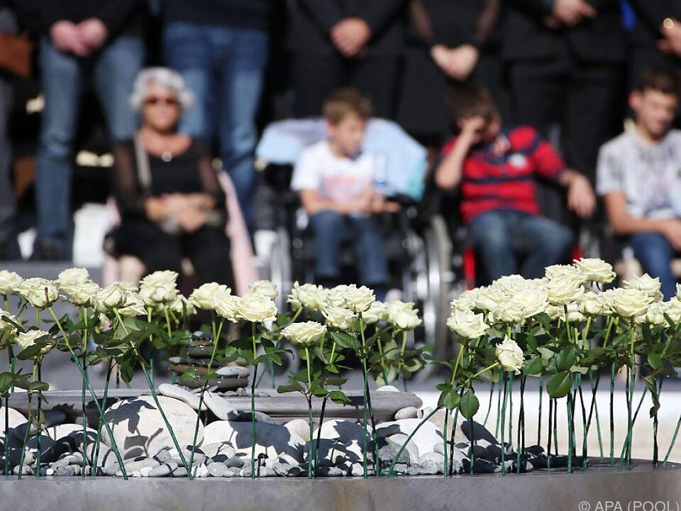 Für jedes der 86 Todesopfer wurde eine Rose niedergelegt