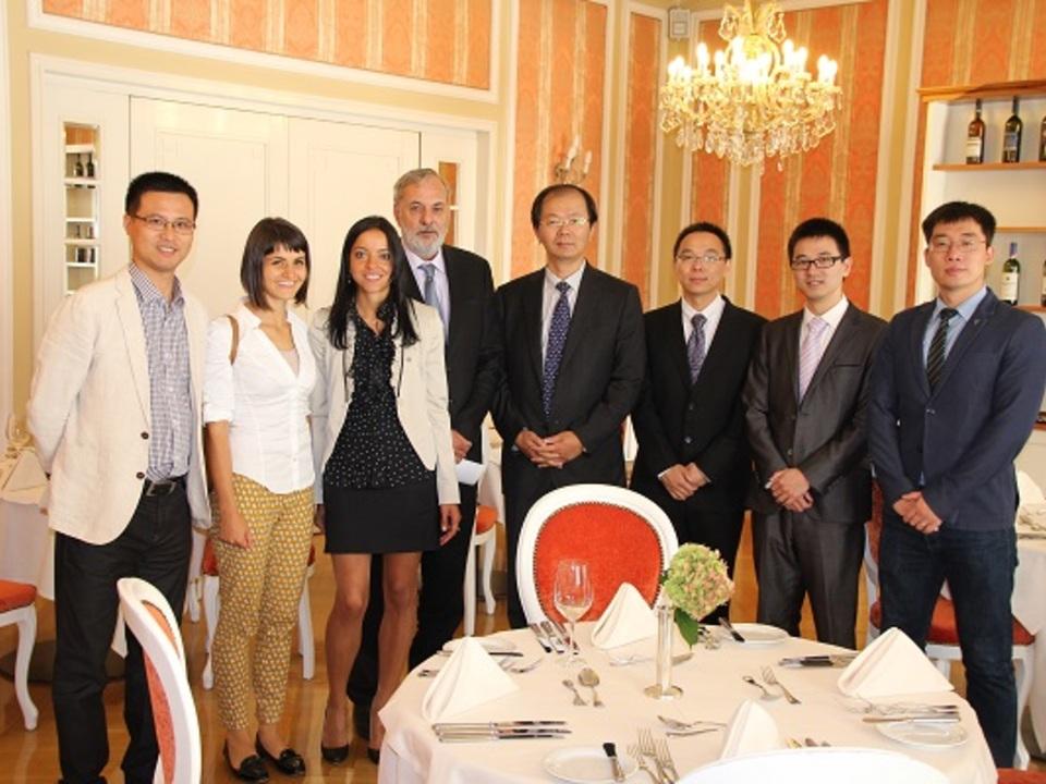 Kaiserhof Im Bild: v.l.n.r. Mr. GU HUAPING, Julia Verdorfer, Helga Frei, Josef Paler, Mr. XU JUN, Mr. BAI DONGMING, Mr. HUANG LEI und Mr. Wang  Wenxin