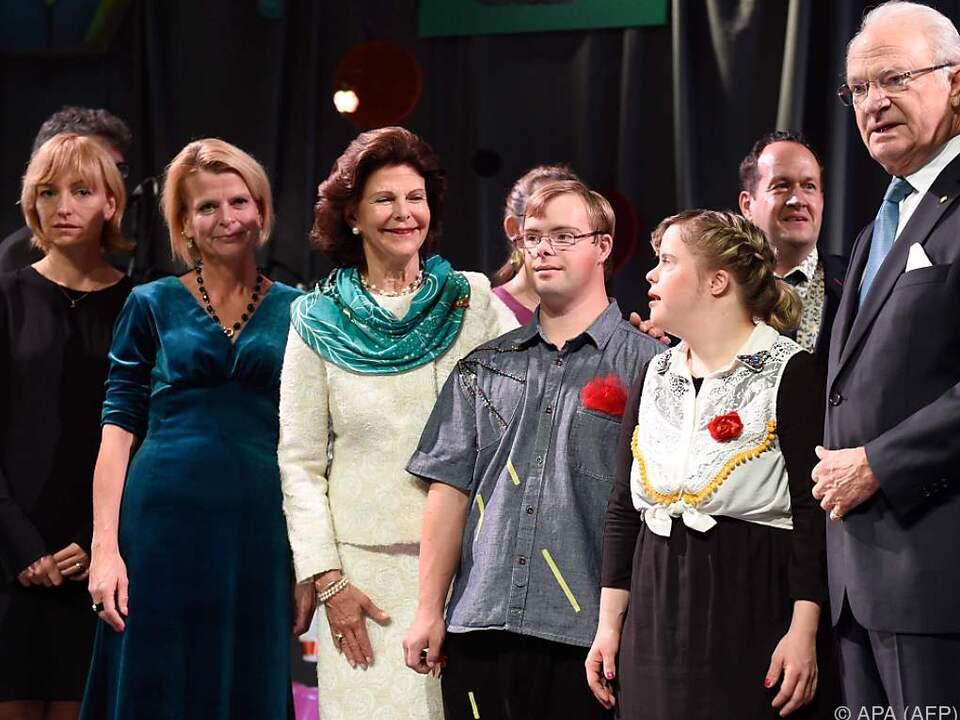 Königin Silvia mit einigen der Artisten