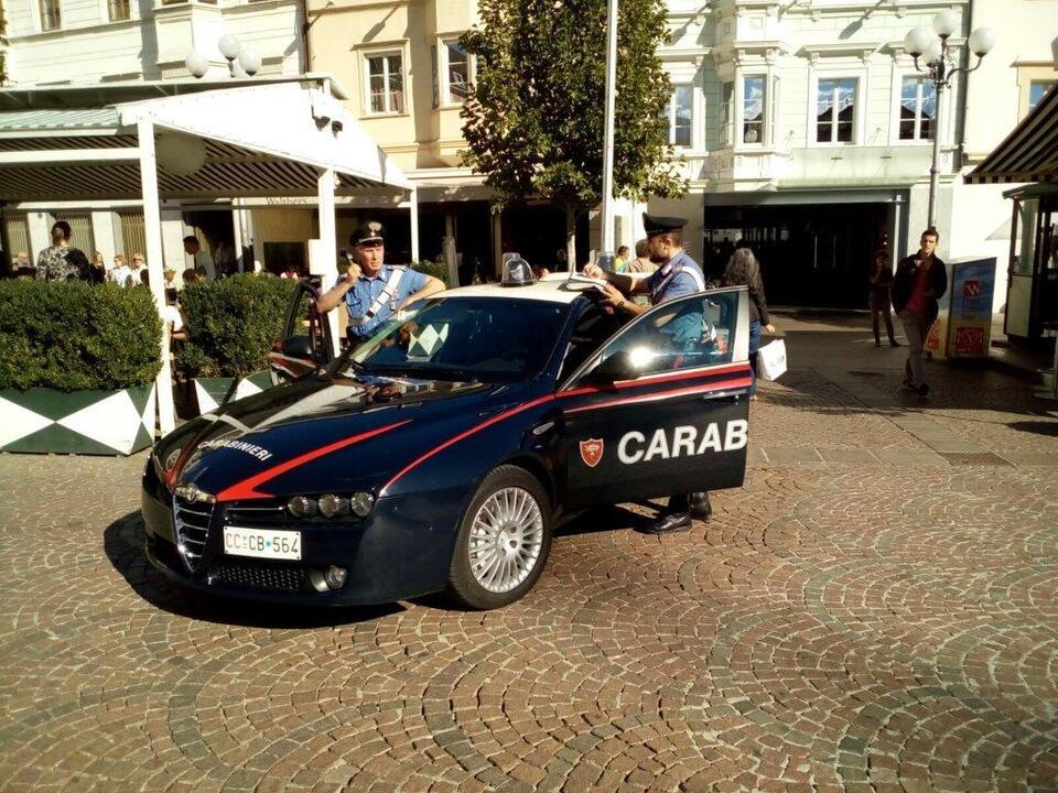 la pattuglia dei carabinieri in piazza walter