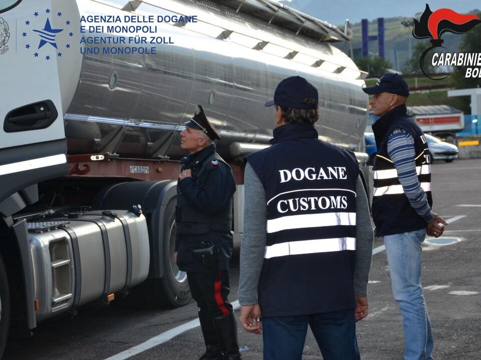 Tanklastzug OPERAZIONE PIETRO Carabinieri Tankfahrzeug