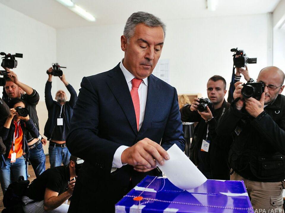 Premier Djukanovic bei der Bildabgabe