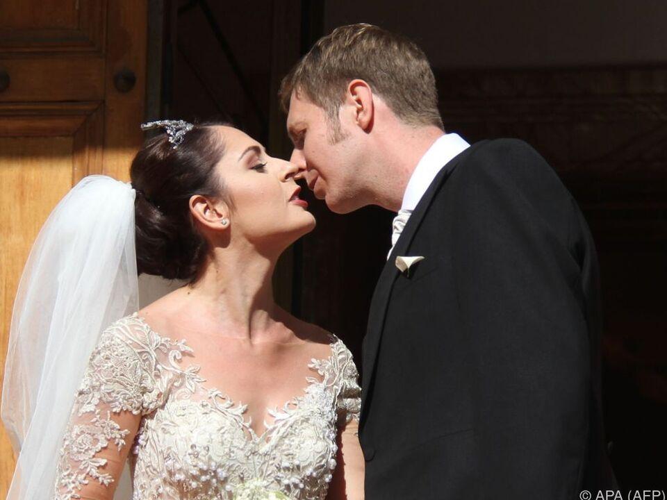 Prinz Leka küsst seine Braut Elia Zaharia