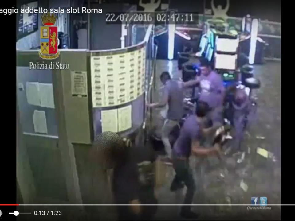 YouTube/SecondoPianoNews Brutale pestaggio addetto sala slot Roma