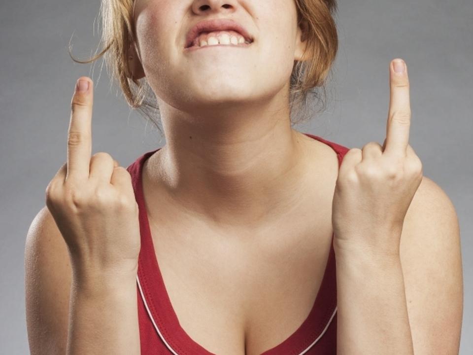 äger sym unhöflich Mittelfinger jugend
