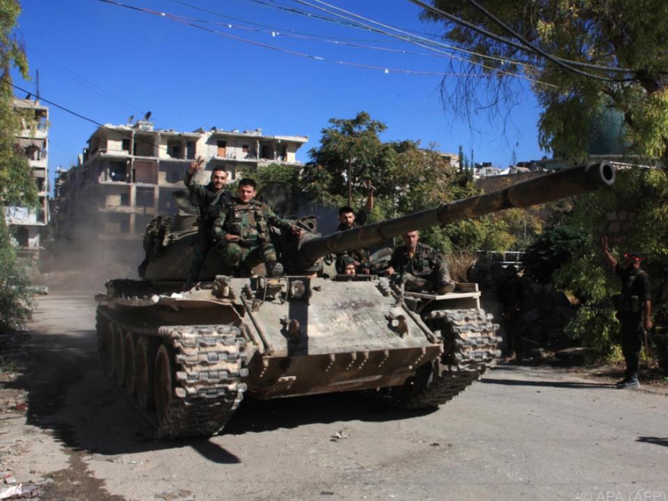 Syrisches Militär mit Panzer in Aleppo unterwegs