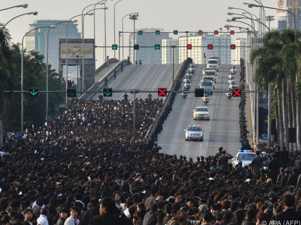 Tausende bei Trauerprozession für König Bhumibol in Bangkok