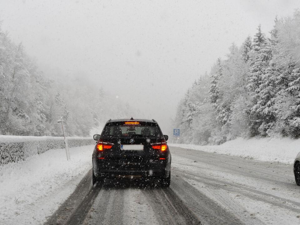 winter schnee straße auto verkehrschaos