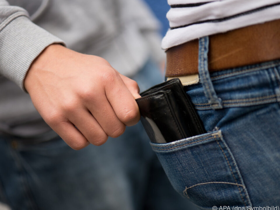 Die Geldbörse sollte nicht in den hinteren Hosentaschen stecken taschendiebstahl einbrecher geldtasche