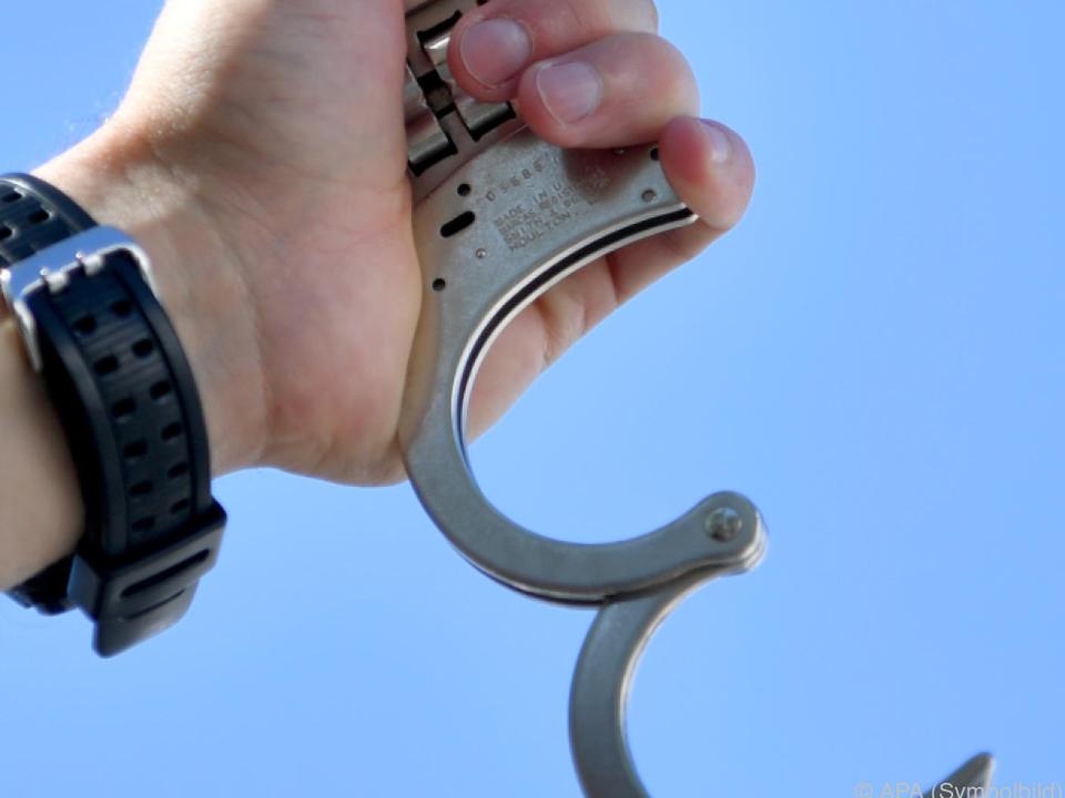 Die Handschellen klickten in Griechenland