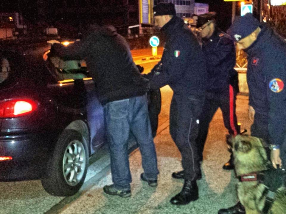 il cane Nico insieme ai Carabinieri al posto di controllo (2)